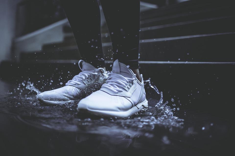 ดูแลรองเท้าผ้าใบเปียกฝนขณะท่องเที่ยว