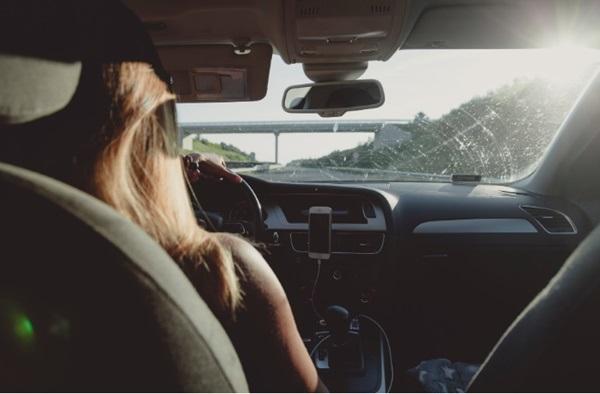เทคนิคสำหรับสาวๆ มือใหม่หัดขับที่มีปัญหาเกี่ยวกับการเปลี่ยนเลน จอดรถเทียบทางเท้า หรือกลับรถ