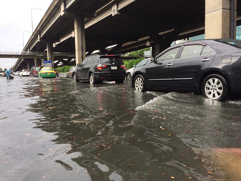 ฝนตกหนัก น้ำเข้ารถ ทำความสะอาดอย่างไร