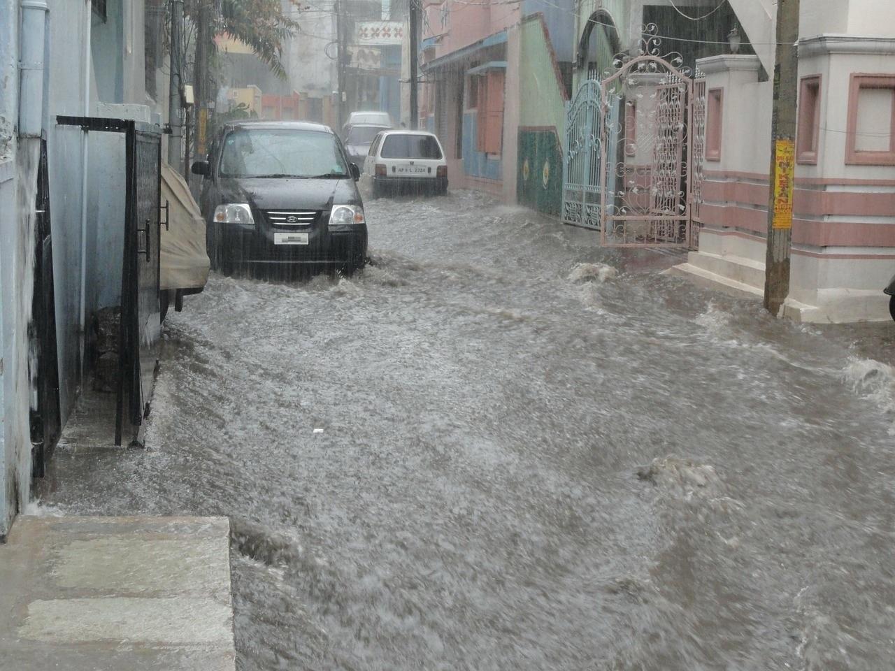 ฝนตกทำให้เกิดน้ำท่วมบ้านเรือนได้รับความเสียหาย