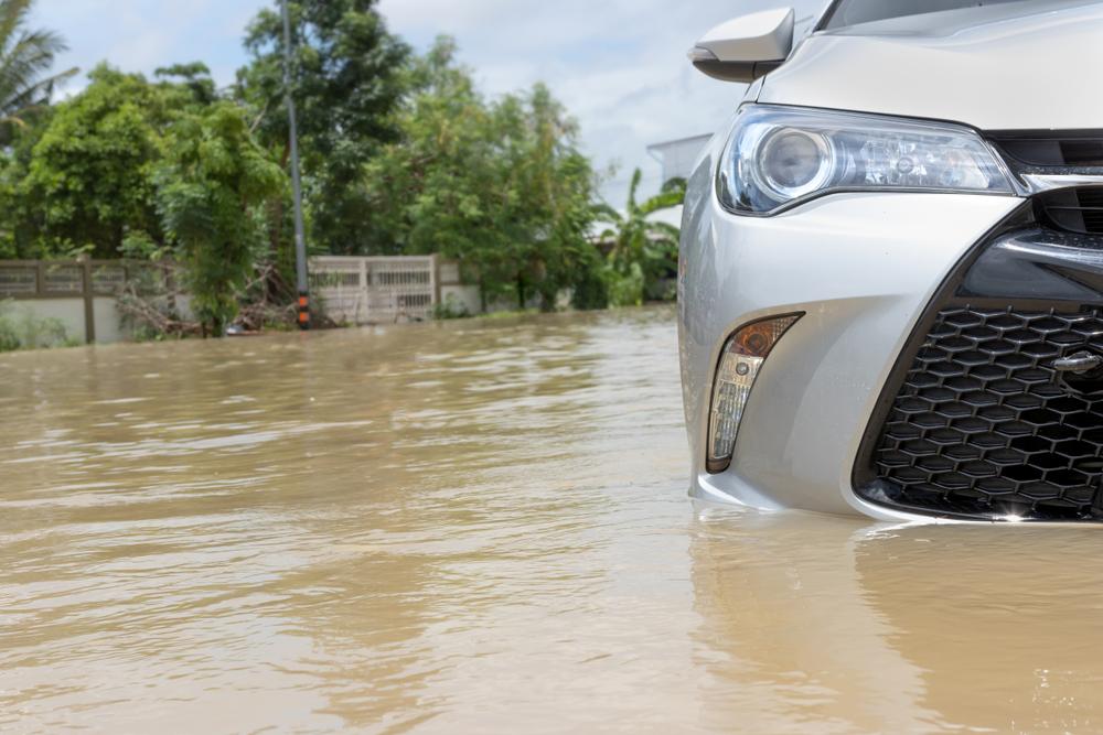 น้ำท่วมรถสูงถึงระดับพื้นรถยนต์
