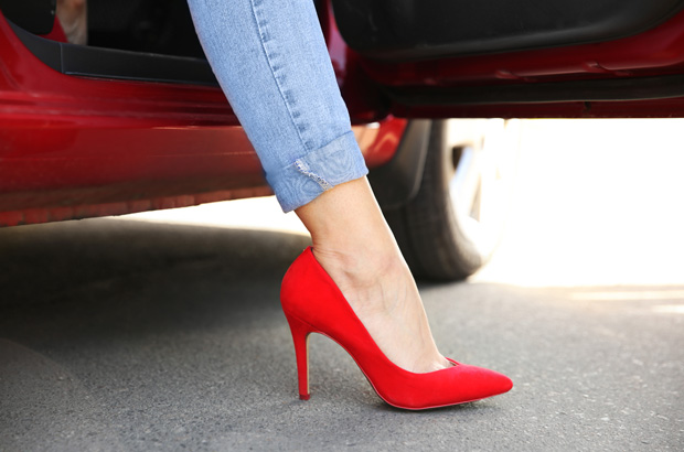 รองเท้าแบบไหนของผู้หญิงไม่ควรใส่ขับรถ