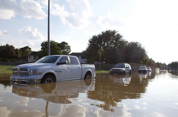 ขับรถลุยน้ำขังอย่างไรไม่ให้รถพัง