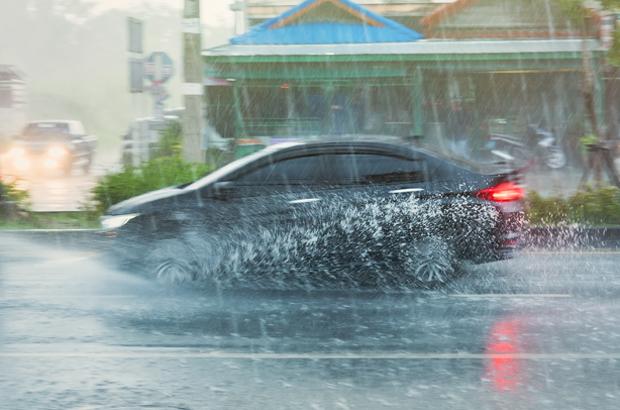สิ่งต้องห้าม! ไม่ควรทำขณะขับรถลุยฝน